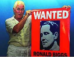 Ronald Biggs, hier nog in goede gezondheid, met een poster van hemzelf.AFP