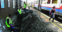 De schoonmaak van het station van Herentals is begonnen.lvh