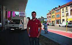 Matyas ziet dagelijks mensen met de auto over de stoep rijden, vlakbij de bushalte, om vlugger bij de pomp te geraken. Sarah Van den Elsken