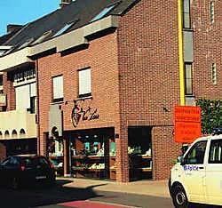 De juwelierszaak van André Van Laer in de Kerkstraat in Humbeek werd gisteren overvallen. wtk