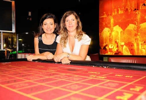Silvana Scelfo en Nancy Brock, respectievelijk de personeelsmanager en de pr-manager van het Grand Casino Brussels. Herman Ricour