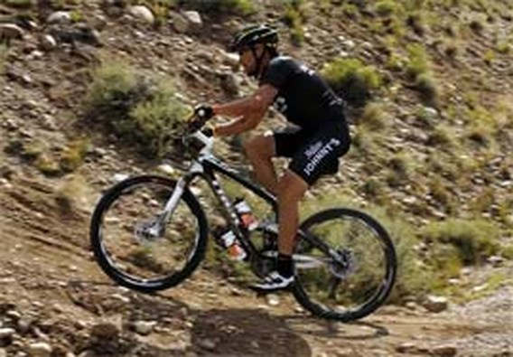 Armstrong imponeert op mountainbike