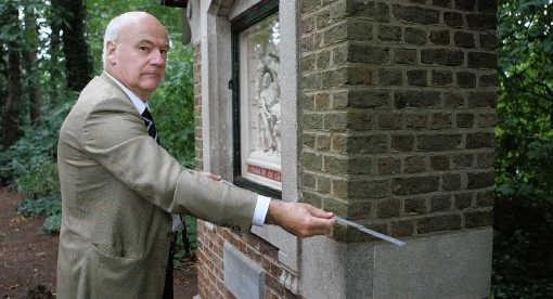 Johan Vanden Abeele denkt dat het paneel in dit kapelletje in Overmere zit.Gianni Barbieux