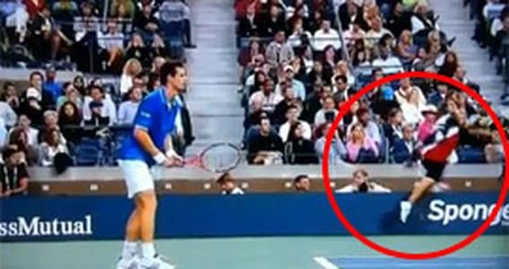 Struikelende ballenjongen schreeuwt luider dan tennissers