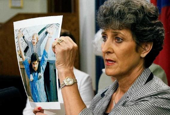 Een nicht van de onterecht geëxecuteerde Cameron Todd Willingham toont een foto van hem en een van zijn dochters. ap