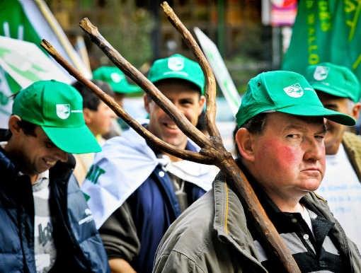 Meer dan duizend Belgische boeren betoogden gisteren in de Europese wijk in Brussel.Bart Dewaele