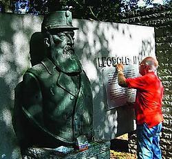 Deze week werd een nieuw duidend opschrift aangebracht aan het standbeeld <br>van Leopold II in het stadspark. Yvan <br>De Saedeleer