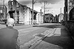 Oradour-sur-Glane, Frankrijk: Britse neonazi's bezoeken het martelarendorp. 'Let eens op het merk van zijn T-shirt'. Michiel Hendryckx