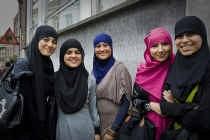 Sommige jonge moslima's dragen fier een hoofddoek, andere worden ertoe gedwongen. Het debat over hoofddoeken op school is nog lang niet gesloten. Stijn Hermans