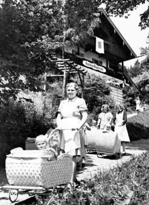 Verpleegsters met raszuivere baby's in een 'kraamkamer voor de Führer' in Bad Wiessee. Onder de paraplu van Lebensborn wilde Himmler zoveel mogelijk 'raszuivere' kinderen kweken door arische vrouwen te laten bevruchten door Duitsers. ap
