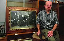 Luc Vanmoerkerke met een foto van de bestuursploeg in de jaren 1930. Luc Vanthuyne
