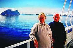 Baron Gaston de Gerlache de Gomery (1919-2006) met zijn vrouw Lily Van Oost op reis in Antarctica. repro jv