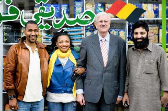 Burgemeester van Molenbeek Philippe Moureaux poseert na het interview gewillig voor een foto bij een Arabisch winkeltje. Michiel Hendryckx