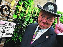 Burgemeester Leroy kwam eerder al in opspraak omdat hij een geladen geweer in zijn slaapkamer heeft liggen. Guy Van Den Bossche