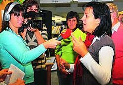 Een tevreden bibliothecaris An Hairbaut werd geïnterviewd door Radio 2 .