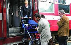 Veronique Hemmerijckx uit Nieuwenhove heeft hulp nodig om met haar kinderwagen van de trein te stappen. Eddy Vuylsteke