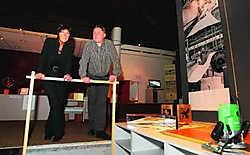 Directrice Greet Demuynck (links) en een technisch adviseur bij de tentoonstelling De Techniek achter de Kunst. Ze werken samen met Stichting De Coene. Hendrik De Rycke