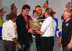 Bertrand Demiddeleer (met bril) en Yves Debast kregen de Gouden Mastel voor hun inzet voor het Halse carnavalslied.Yvan De Saedeleer