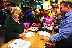 Voor Eddy De Prest is het duidelijk dat de klanten zijn winkel in Gent willen houden. Frederiek Vande Velde