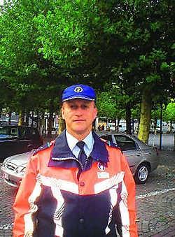 De politie staat klaar om bestuurders te helpen die geen raad weten met de proefopstelling op de Markt.
