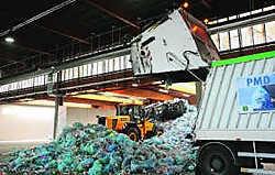 De vrachtwagens die het afval ophalen, zijn ongeveer acht minuten binnen om te lossen. Hendrik De Rycke
