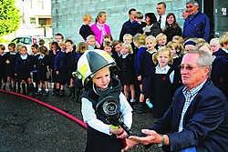 Fleur en de andere kinderen van de derde kleuterklas van Sint-Ludgardis kregen een rondleiding in de brandweerkazerne. Fleur zelf kreeg ook een stoere helm op en mocht even een echte brandweerslang hanteren. Koen Fasseur