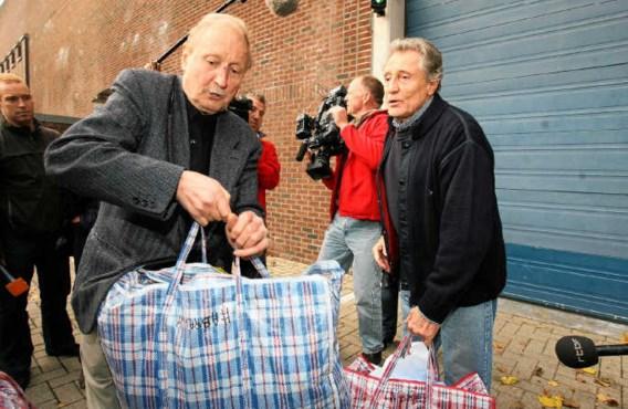 Marcel Habran (rechts) wordt door een vriend opgehaald aan de gevangenis van Nijvel. belga