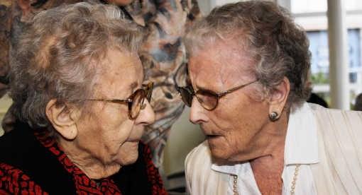 Het oudste zusterpaar van het land, Irma (107, rechts) en Germaine Degrijze (101, links), heeft heel wat bij te praten. Eric Vanthournout
