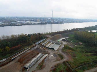 Het grootste sluizencomplex ligt aan de Barbierbeek, in het noorden van Kruibeke. Het is 51 meter breed en 48 meter diep. dhs