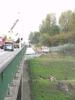 Bestelwagen stort van brug aan Kennedytunnel