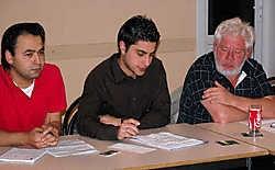 Mehmet en Mustafa Tokgoz gaven aan secretaris Patrick Verschelden en de andere aanwezigen in de wijkraad informatie over de komst van een tijdelijke moskee in de Nijverheidstraat. Jan Van de Velde