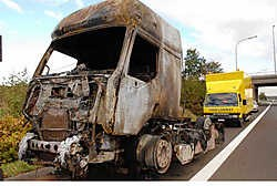 De vrachtwagen was geladen met asfalt en brandde volledig uit. Michel Vanneuville