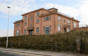 Dit roze huis in de duinen is een mogelijke optie om een asielcentrum in onder te brengen.pmg