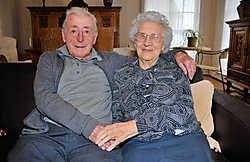 Rudolf Verhellen en Anna Santens worden voor hun albasten huwelijksverjaardag in het gemeentehuis gehuldigd: 'Tijd maken voor elkaar.' pdv<br>Rudolf en Anna op hun trouwdag 17 oktober 1934. repro pdv