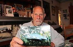 Jan Baudet toont een foto van een doodgebeten karper. Leo van der Linden