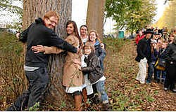 Schepen Yves Miroir, Heidi Vercaemer en Andy Vermaut waren enkele van de mensen die de bomen in het Lappersfort kwamen knuffelen. mvn