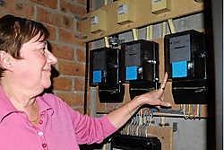 Christel Decourtil toont de nieuwe elektriciteitsmeters die door Sibelga werden geïnstalleerd. Bruno Depover