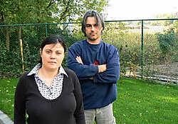 Erika D'Hauwe en Patrick De Stercke in de tuin. Pal achter de omheining zou de parking van de club komen. jrz