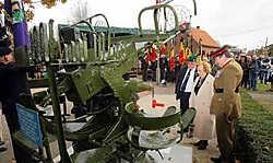 De weduwe van Harry Conn, zijn zoon en brigadier Richardson, voorzitter van de Polar Bears, onthulden het kanon. Koen Fasseur