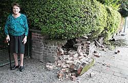 Yvetta Vergeylen (91) zag de schade aan haar muurtje 's ochtends maar. 'Dit slaat alles: die jongen had niet eens een rijbewijs.' gia