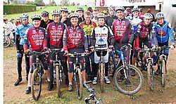 Bert Vertriest <br>en zijn fietsvrienden <br>(in rode outfit) verpozen met een groep andere deelnemers: <br>'Een van de mooiste ritten van het seizoen.'<br>Juliaan Verhaeghe