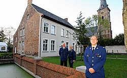 Korpschef Johan Geeraert, vooraan met enkele inspecteurs van het nieuwe kantoor: 'De wil om vooruit te gaan is er duidelijk.' osw