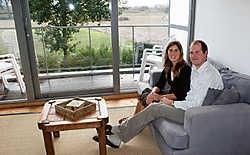 Bert Braeckman en Bernadette Quirijven met zicht op de Tielroodse polders: 'We voelden ons hier meteen thuis.'Kurt Vermeir