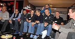 Tien voetbalfans volgden bij Gilles De Bilde thuis de match Anderlecht-Charleroi op tv. Yvan De Saedeleer