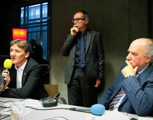 Burgemeester Patrick Janssens en Karel Vinck (rechts) geven commentaar bij de uitslag van het referendum. Jimmy Kets