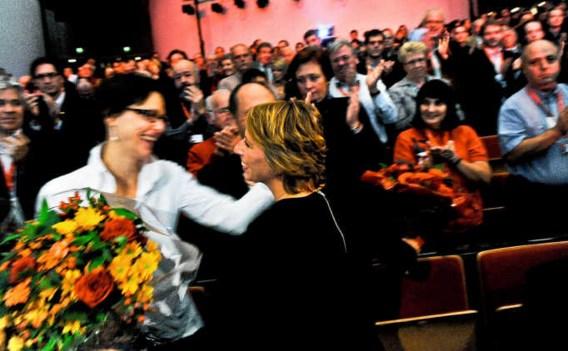 De bloemen die Gennez na het congres kreeg, gaf ze, schoorvoetend, aan Kathleen Van Brempt. Bart Dewaele
