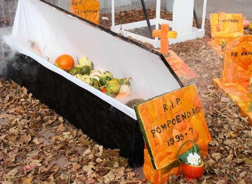 De pompoendag van Heffen werd symbolisch begraven.Lbp
