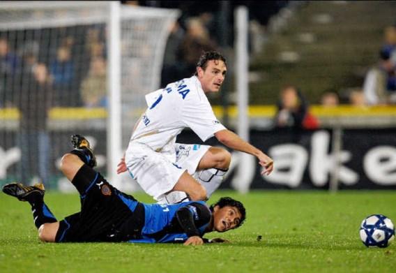 Invaller Daniel Chavez (liggend) rondde een knappe actie van Mohamed Dahmane af en bezorgde Club op de valreep de drie punten.photo news