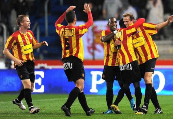 Romeo Van Dessel (uiterst rechts) wordt gefeliciteerd door zijn ploegmaats nadat hij KV Mechelen naar de derde plaats in de stand kopte.photo news