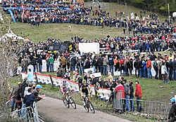 Duizenden toeschouwers moedigden Sven Nys aan toen hij de Vlaamse kuitenbijter omhoog reed. Julien Verhaeghe